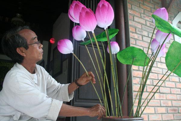 Gìn giữ hồn sen giấy - họa sĩ Thân Văn Huy